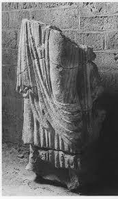 Statuenfragment vom Westbau St. Pantaleons. Datierung 990‒1000 [Günther Binding [2011, 102]]