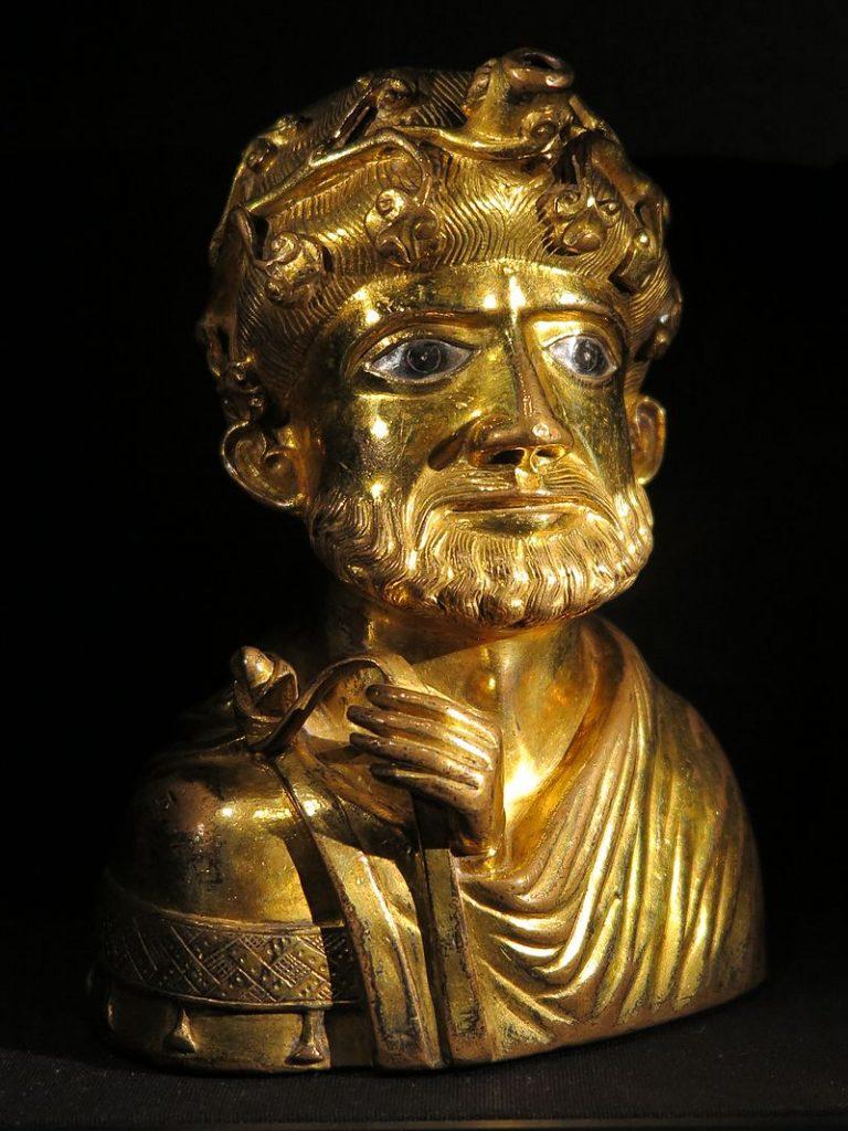 Aquamanile aus der Domschatzkammer Aachen, öfters als Karl d. Gr. interpretiert, 1170/80 [wiki: Aquamanile]