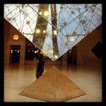 Spitz auf Spitz – zwei der insgesamt sechs Louvre-Pyramiden [tripadvisor]