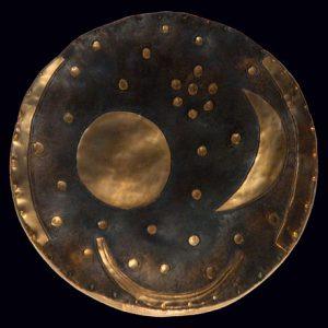 Nebra-Scheibe, um eine Goldapplikation ergänzt, mit einstiger mutmaßlicher Patina [wikiwand]